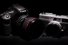 Mediolan, Oct 2015 Canon bodies Canon 7D z EF 24-105 L f/4 (0) i Canonet QL19 rocznika Stara kamera Obraz Stock