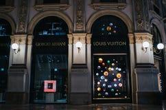 MEDIOLAN WŁOCHY, CZERWIEC, - 18, 2016: Giorgio Armani i Louis Vuitton przechujemy w Galleria Vittorio Emmanuele II, miło iluminuj obraz royalty free