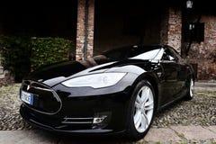 MEDIOLAN WŁOCHY, KWIECIEŃ, - 21 2016: tesla S wzorcowy samochód parkujący w starym Fotografia Stock