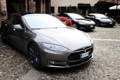 MEDIOLAN WŁOCHY, KWIECIEŃ, - 21 2016: tesla S wzorcowy samochód parkujący w starym Obraz Royalty Free