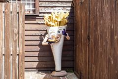 Mediolan, Włochy 17 2018 Lipiec: zaniechana statua która reprezentuje reklamę dłoniaka sklep Francuz smaży maskotki obrazy stock