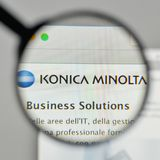 Mediolan Włochy, Listopad, - 1, 2017: Konica Minolta logo na sieciach obrazy stock
