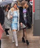 Mediolan Włochy, Luty, - 25, 2016: Dwa modnej kobiety chodzi w ulicie podczas Mediolańskiego moda tygodnia obrazy stock