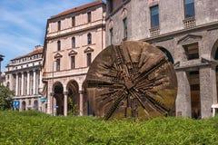 Mediolan Włochy, Maj, - 25, 2016: Dyskoteka, abstrakt brązowa kółkowa rzeźba z współczesną wartością Piazza Fillippo Meda Fotografia Royalty Free