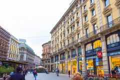 Mediolan Włochy, Maj, - 03, 2017: Ludzie iść przy ulicą w Włochy, Europa, Mediolan Fotografia Stock