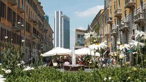 Mediolan Włochy, Maj, - 2016: ludzie je i robi zakupy w Corso Como zbiory wideo