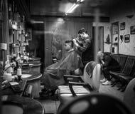 Mediolan Włochy, Marzec, - 23, 2016: Berber pracy przy małym fryzjera męskiego sho Obrazy Royalty Free