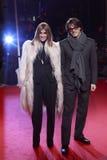 MEDIOLAN WŁOCHY, MARZEC, - 02: Carine Roitfeld i Mario Sorrenti uczęszczamy Krańcowego piękna Modnego przyjęcia przy Palazzina del Obrazy Stock