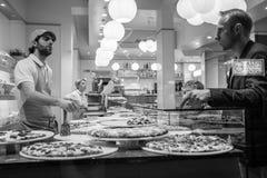 Mediolan Włochy, Marzec, - 23, 2016: Klienci wybiera t w pizzeria obraz stock