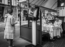 Mediolan Włochy, Marzec, - 23, 2016: Młoda kobieta czyta restaurację Obrazy Royalty Free