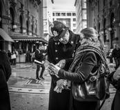 Mediolan Włochy, Marzec, - 23, 2016: Młody turysta pyta policjanta t Zdjęcia Stock