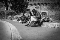 Mediolan Włochy, Marzec, - 23, 2016: Młodzi ucznie siedzi na mnie Obrazy Stock