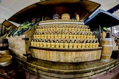 Mediolan Włochy, Październik, - 20th, 2015: Rzędy wino butelki zdjęcie stock