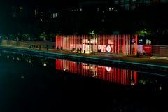 Mediolan Włochy, Październik, - 19th, 2015: Wysocy świecący czerwoni filary z Vodafone logem na nabrzeżu obraz stock