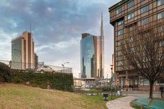 Mediolan, Włochy Piazza Gael Aulenti przy zmierzchem, z wysokim drapaczem chmur w Włochy Znacząco pieniężny okręg Obraz Royalty Free