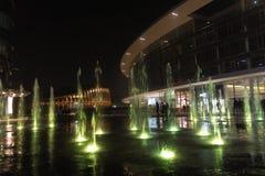 Mediolan, Włochy, Pieniężny gromadzki noc widok Iluminujący wodny f Zdjęcia Royalty Free