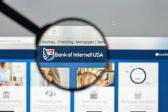 Mediolan Włochy, Sierpień, - 10, 2017: Bank interneta usa strony internetowej hom Obrazy Royalty Free