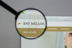 Mediolan Włochy, Sierpień, - 10, 2017: Bank Nowy Jork Mellon logo dalej zdjęcia royalty free