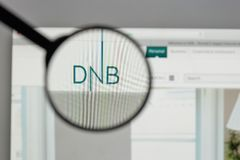 Mediolan Włochy, Sierpień, - 10, 2017: DNB ASA logo na strona internetowa domu fotografia royalty free