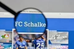 Mediolan Włochy, Sierpień, - 10, 2017: FC Schalke 04 logo na websit Obrazy Stock