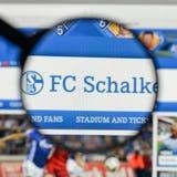 Mediolan Włochy, Sierpień, - 10, 2017: FC Schalke 04 logo na websit Zdjęcia Royalty Free