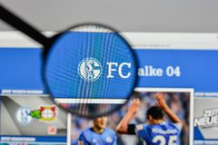 Mediolan Włochy, Sierpień, - 10, 2017: FC Schalke 04 logo na websit Obrazy Royalty Free