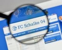 Mediolan Włochy, Sierpień, - 10, 2017: FC Schalke 04 logo na websit Fotografia Stock