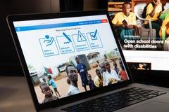Mediolan Włochy, Sierpień, - 15, 2018: Handicap International NGO websi obraz stock