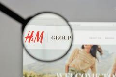 Mediolan Włochy, Sierpień, - 10, 2017: Hennes & Mauritz AB logo na Obraz Stock