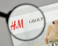 Mediolan Włochy, Sierpień, - 10, 2017: Hennes & Mauritz AB logo na Fotografia Royalty Free