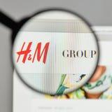 Mediolan Włochy, Sierpień, - 10, 2017: Hennes & Mauritz AB logo na Zdjęcie Royalty Free