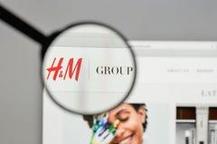 Mediolan Włochy, Sierpień, - 10, 2017: Hennes & Mauritz AB logo na Zdjęcia Stock