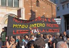 MEDIOLAN Włochy, Sierpień, - 28, 2018: Manifestacja przeciw rasizmowi zdjęcia stock