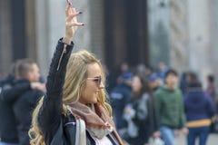 Mediolan, Włochy 23-11-2017 Szczęśliwa dziewczyna dzwoni przyjaciela w kwadracie przed Mediolańską katedrą obraz royalty free