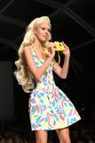MEDIOLAN WŁOCHY, WRZESIEŃ, - 18: Model chodzi pas startowego podczas Moschino przedstawienia Zdjęcie Royalty Free
