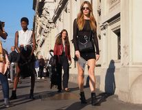 MEDIOLAN WŁOCHY, WRZESIEŃ, - 24, 2016: Modne dziewczyny chodzi po CIVIDINI pokazu mody przy Mediolańską kobietą Fotografia Stock