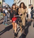 MEDIOLAN WŁOCHY, WRZESIEŃ, - 24, 2016: Modny pary odprowadzenie dla fotographers po CIVIDINI pokazu mody przy Mediolan FW 2016 Obraz Royalty Free