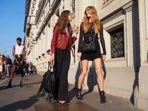 MEDIOLAN WŁOCHY, WRZESIEŃ, - 24, 2016: Modny pary odprowadzenie dla fotographers po CIVIDINI pokazu mody przy Mediolan FW 2016 Zdjęcie Royalty Free