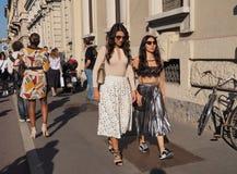 MEDIOLAN WŁOCHY, WRZESIEŃ, - 24, 2016: Modny pary odprowadzenie dla fotographers po CIVIDINI pokazu mody przy Mediolan FW 2016 Zdjęcia Royalty Free