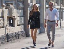MEDIOLAN WŁOCHY, WRZESIEŃ, - 24, 2016: Modny pary odprowadzenie przed CIVIDINI pokazem mody przy Mediolan FW 2016 Zdjęcie Royalty Free