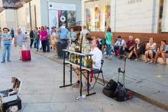 MEDIOLAN WŁOCHY, Wrzesień, - 06, 2016: Muzyk bawić się muzykę na szklanych butelkach i śpiewackie piosenki w środkowym Mediolan Zdjęcie Stock