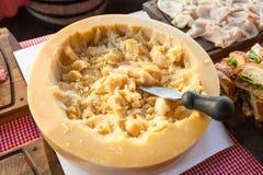 MEDIOLAN WŁOCHY, Wrzesień, - 06, 2016: Parmezański ser z nożem na stole tradycyjna Włoska kawiarnia podczas ` szczęśliwego hou Fotografia Stock