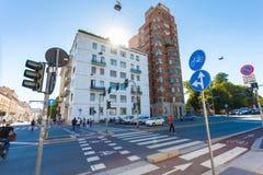 MEDIOLAN WŁOCHY, Wrzesień, - 06, 2016: Pedestrians krzyżują ulicę na zielonym świetle światła ruchu na rozdrożu na A Fotografia Stock