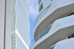 Mediolan, Włochy, nowy Citylife drapacz chmur i domy, Zdjęcie Stock