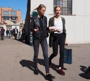 MEDIOLAN, WRZESIEŃ - 21: Dwa młodego modela chodzi po LES COPAINS pokazu mody, podczas Mediolańskiej moda tygodnia wiosny, lata/2 Zdjęcie Stock