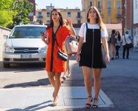 MEDIOLAN, WRZESIEŃ - 21: Dwa modnej kobiety chodzi po LES COPAINS pokazu mody, podczas Mediolańskiej moda tygodnia wiosny, lata/2 Obraz Stock