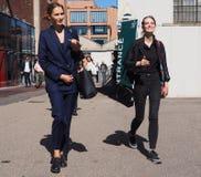 MEDIOLAN, WRZESIEŃ - 21: Dwa modnej kobiety chodzi po LES COPAINS pokazu mody, podczas Mediolańskiej moda tygodnia wiosny, lata/2 Fotografia Stock