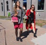 MEDIOLAN, WRZESIEŃ - 21: Fashionble kobiety chodzi po LES COPAINS pokazu mody, podczas Mediolańskiej moda tygodnia wiosny, lata/2 Obrazy Stock