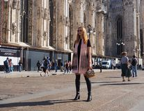 MEDIOLAN, WRZESIEŃ - 21: Fashonable kobieta pozuje dla fotografów przed GENNY pokazem mody, podczas Mediolańskiego moda tygodnia  Fotografia Royalty Free