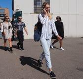 MEDIOLAN, WRZESIEŃ - 21: Młody wzorcowy odprowadzenie po LES COPAINS pokazu mody podczas Mediolańskiej moda tygodnia wiosny, lata Obrazy Royalty Free